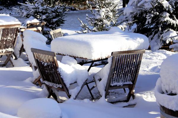 Gartenmöbel aus Teakholz im Schnee