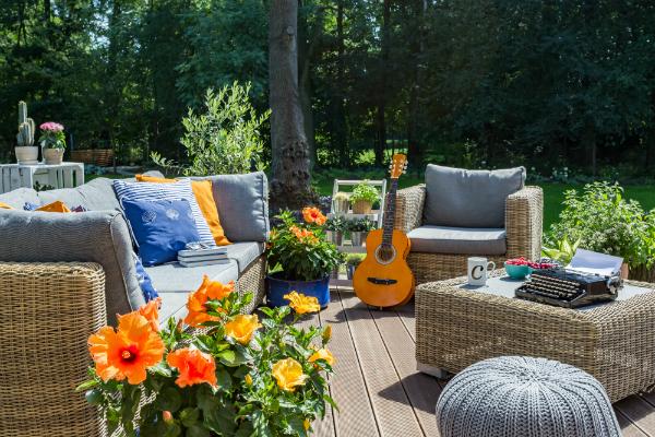 Rattanmöbel sind schick und passen hervorragend in schöne Gärten