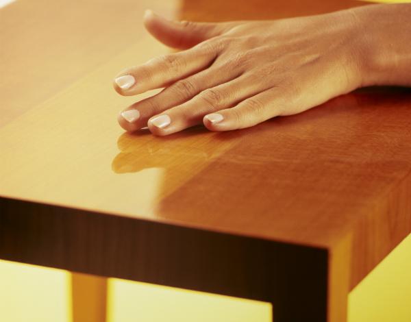 Eine glatte Oberfläche auf lackiertem Holz ist auch restaurierbar
