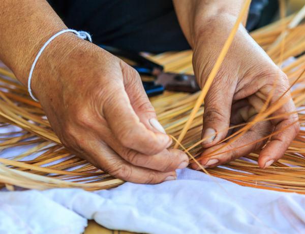 Herstellung eines Rattanmusters durch echte Handarbeit