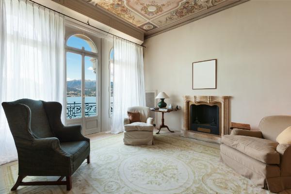 Helle und offene Räume perfekt mit antiken Sesseln unterstrichen