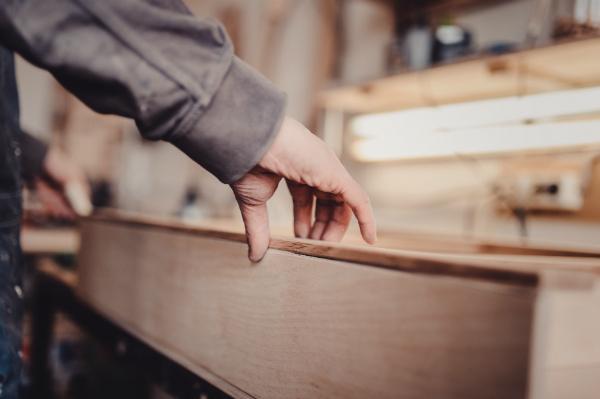 Edelhölzer werden in echter Handarbeit zu stilvollen Möbelstücken verarbeitet