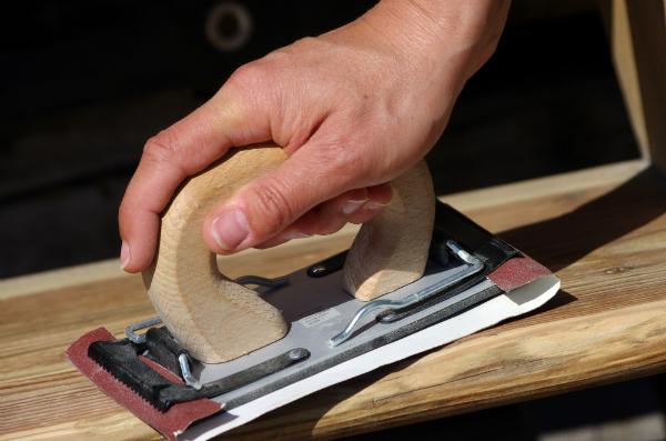 Abschleifen von Holzoberflächen