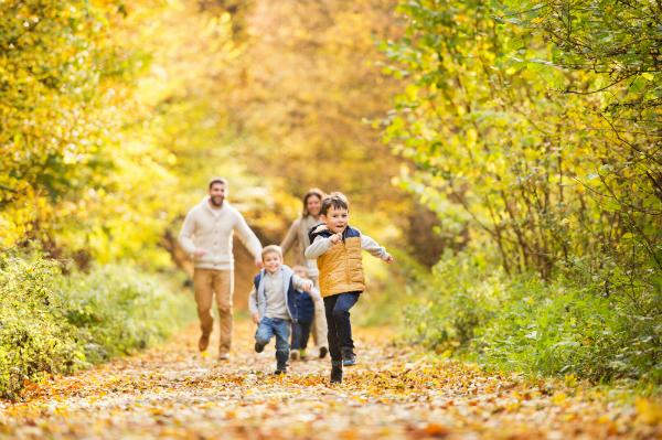 Familie unternimmt einen Spaziergang im herbstlichen Wald
