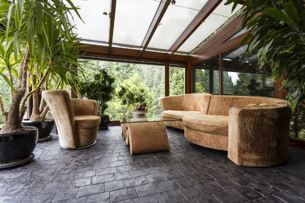 Komfortable Lounge im Wintergarten