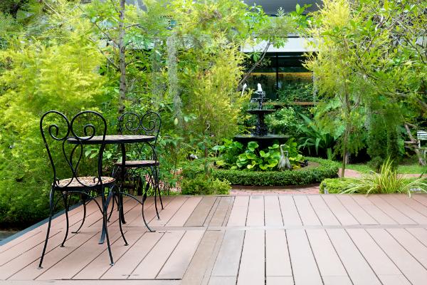 Eine schöne Terrasse, angrenzend an einen schönen Garten