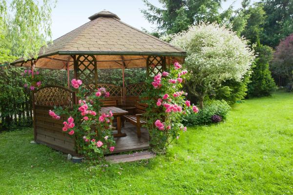 Gartenpavillon mit Rosen