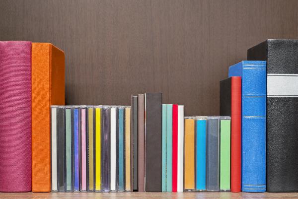 Buecher, CDs und Kassetten im Regal