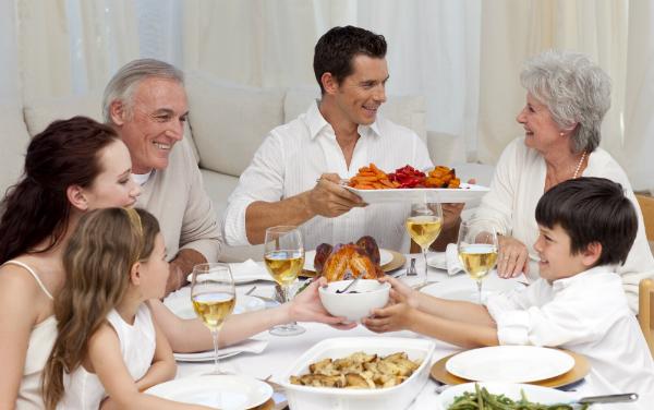 Beim gemeinsamen Essen entsteht ein angenehmes Ambiente für alle Familienmitglieder