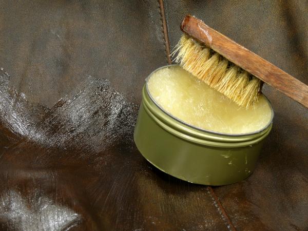 Glattlederpflege mit Fett aus der Dose