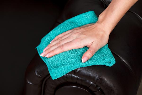Ledercouch mit einem feuchten Tuch abwischen