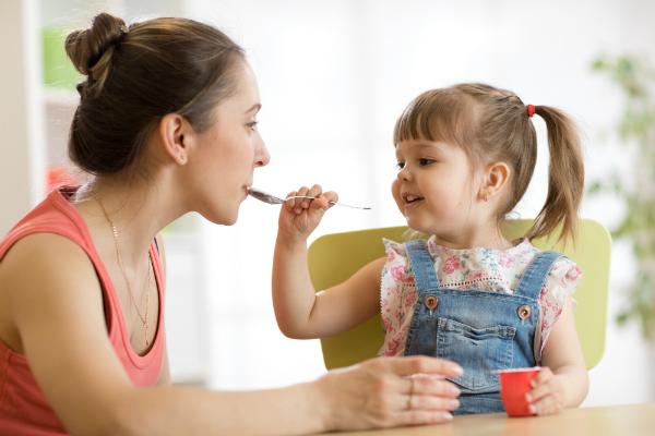Kinder lernen beim gemeinsamen Essen