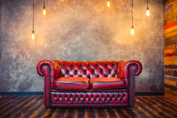 Rotes Vintage Sofa mit Lampen
