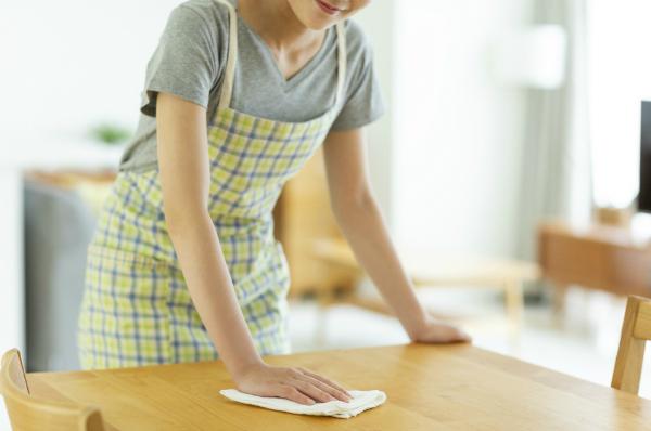 Trockene oder leicht angefeuchtete Tücher eignen sich zum Reinigen