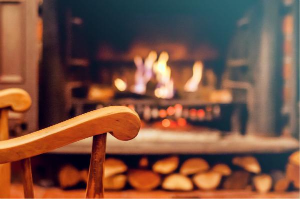 Eine gemütliche Stube mit Weichholzmöbeln
