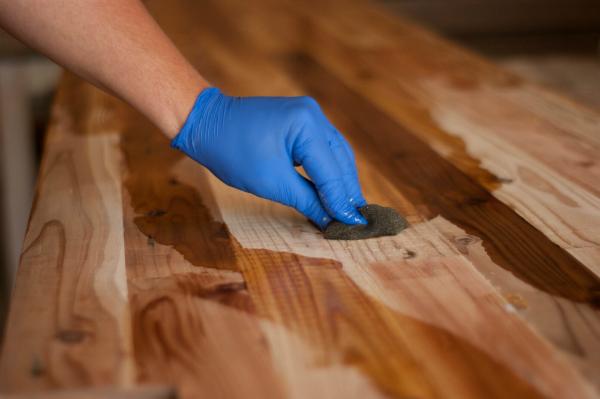 Öl auf eine Holzoberfläche auftragen