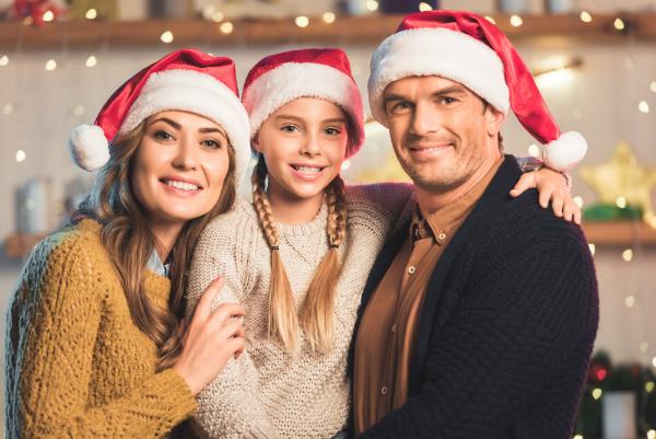 Glueckliche Familie an Weihnachten