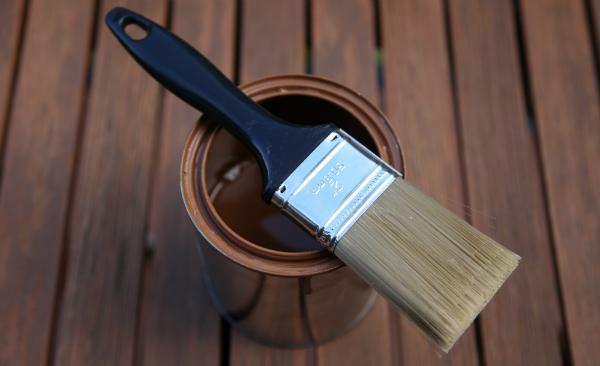 Schutzöl auf einen Holztisch auftragen