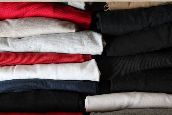 Anordnung von Kleidungsstuecken nach Marie Kondo