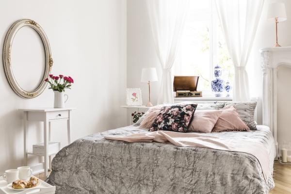 Schlafzimmer in einem antiken Apartment