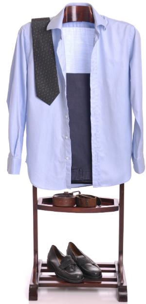 Ein Anzug zum Anziehen bereitgelegt