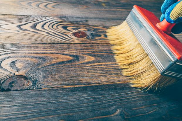 Holzmöbel mit Wachs einpinseln