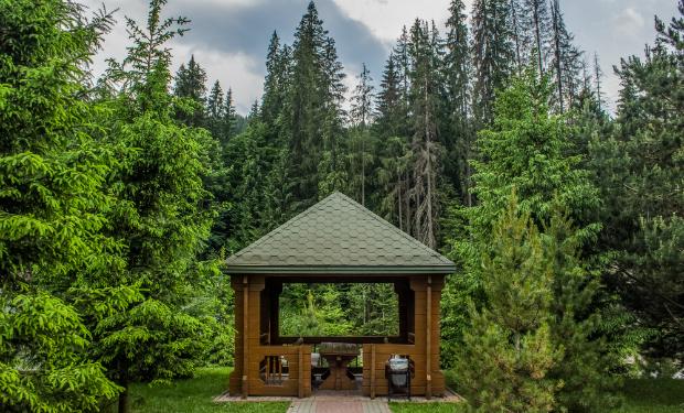 Ein Pavillon aus Holz mitten in der schönen Natur