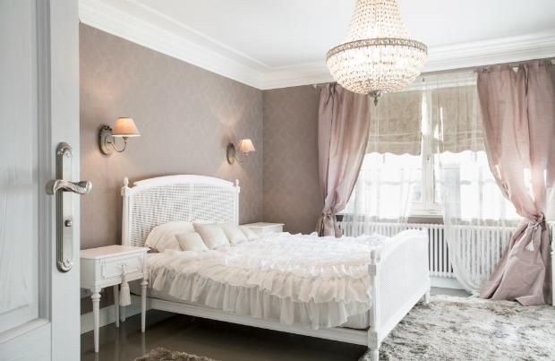 Ein romantisches Schlafzimmer mit antiken Möbeln