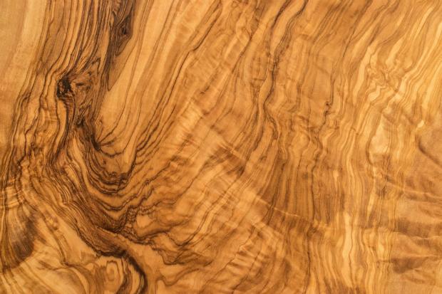 Die natürliche Maserung von Holz sieht rustikal schick aus