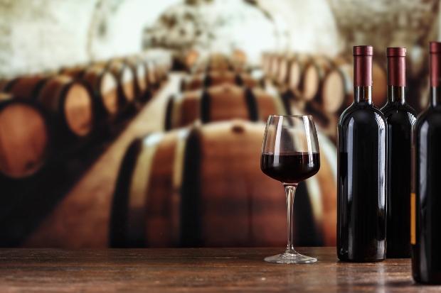 Weinregale vermitteln das Flair eines Weinkellers