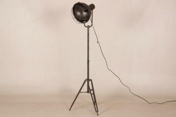 stehlampe-paul-aus-metall