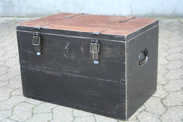 alte-funker-truhe-industrie-militaer-schwarz