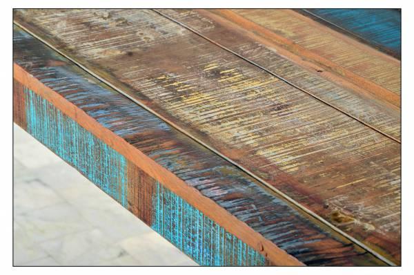 Moebel aus Altholz mit starken Gebrauchsspuren