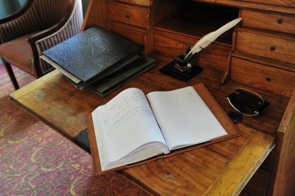 Antiker Arbeitstisch aus einer frueheren Zeit antike-arbeitstische