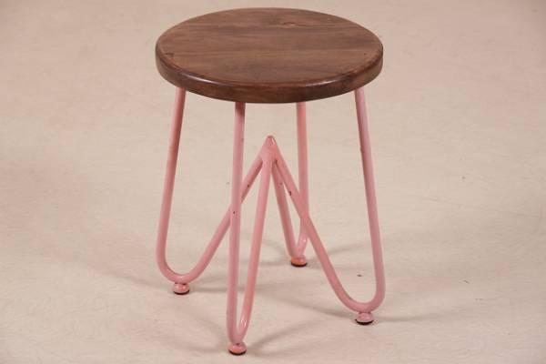 hocker-im-industrie-look-mit-massivholzplatte-in-pink-moebel-im-industriedesign