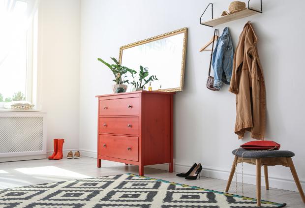 Flur mit Kommode, Spiegel, Hocker und Garderobe
