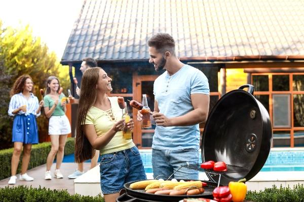 Sitzecke und Grillplatz fuer entspannte Sommerabende poolbereich-gestalten