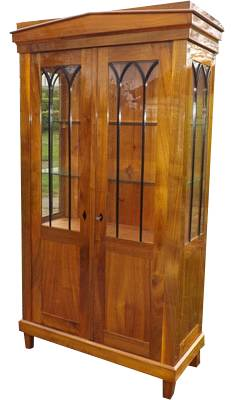 biedermeier-vitrine-aus-nussbaum-holztoene-kombinieren