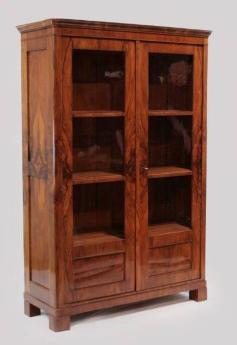 nussbaum-vitrine-um-1840