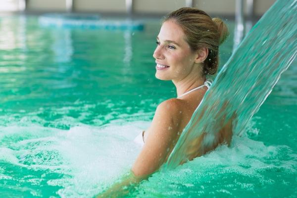 pool-wasserfall-poolbereich-gestalten