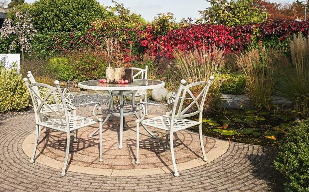 2 Gartenstühle und ein Gartentisch aus Metall