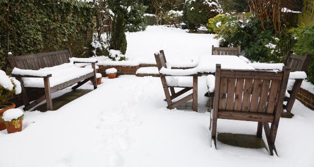 Gartenmöbel aus Teak überwintern im Schnee