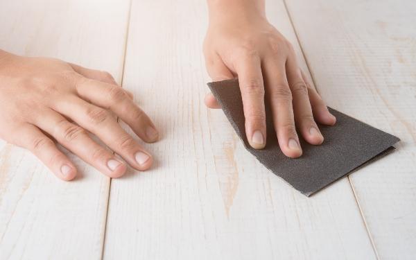 schleifpapier-holzkratzer-entfernen