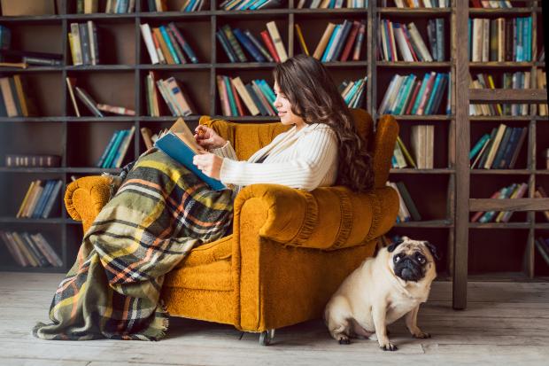 Junge Frau im Lesesessel