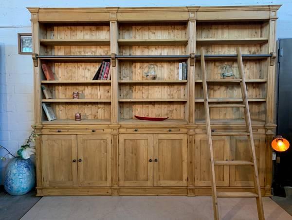 buecherwand-wieland-im-landhaus-stil-300-cm-individualmoebel-im-antiken-stil