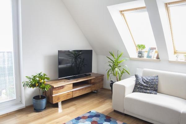 wohnzimmer-mit-fernsehboard-und-weissem-sofa