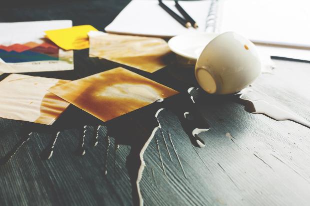Kaffe ist auf Holztisch umgekippt