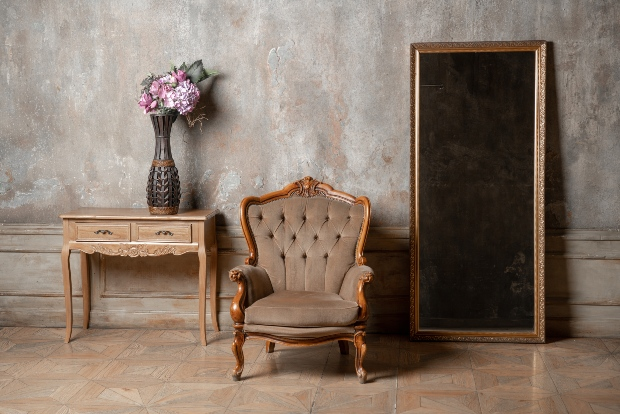 Möbel im Stil der Gründerzeit: Tisch, Sessel und Spiegel