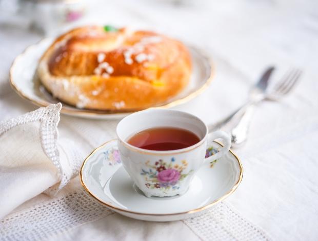 Ein Teeservice mit Gebäck im Hintergrund