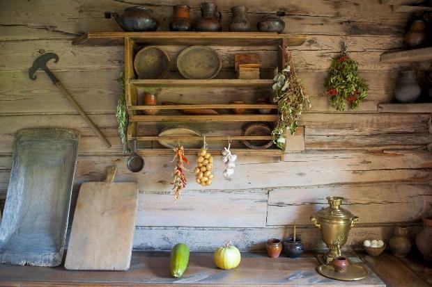 Urige Einrichtung in einer Landhausküche